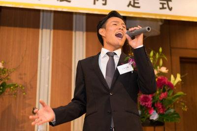 スーツで歌う学生