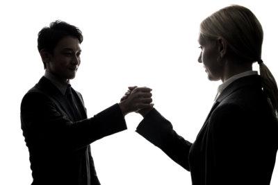 学生と握手をする人事