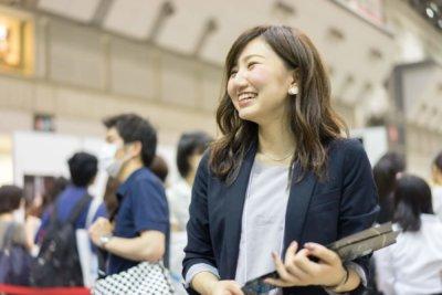 合説で学生に向かって微笑む人事