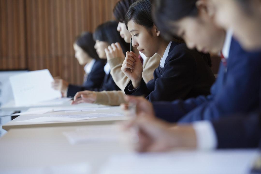 試験会場で試験を受ける風景
