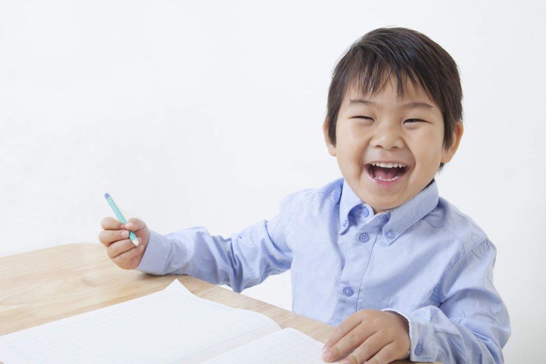 自己PRを書く男の子